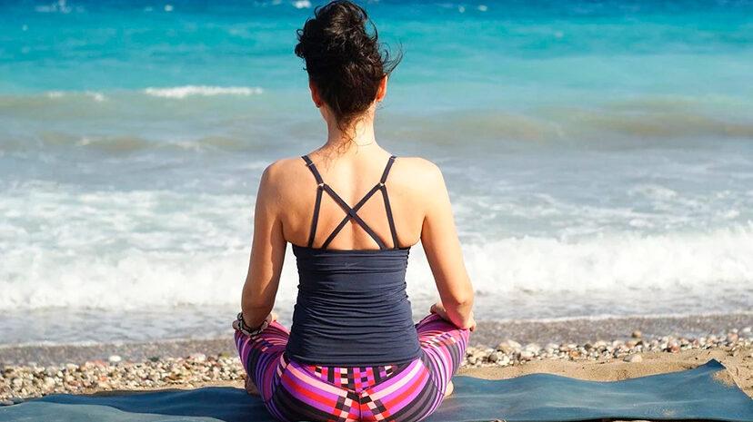 Conecta con la magia de Ibiza a través del yoga